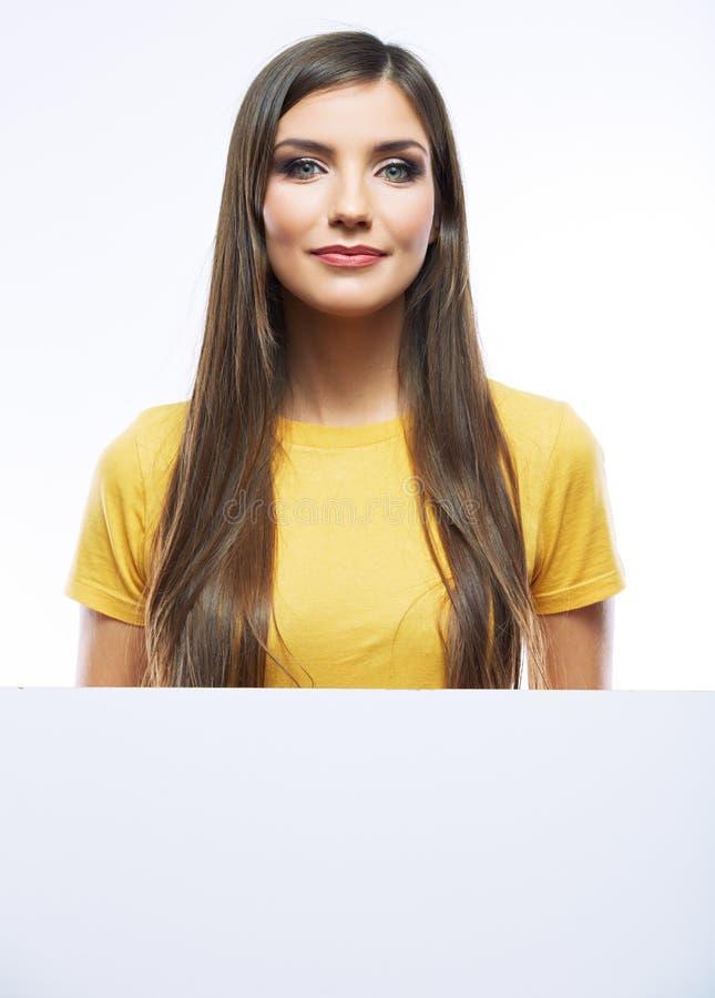 Nastolatek dziewczyny chwyta biały pusty papier Młodego uśmiechniętego kobiety przedstawienia pusta karta zdjęcia stock