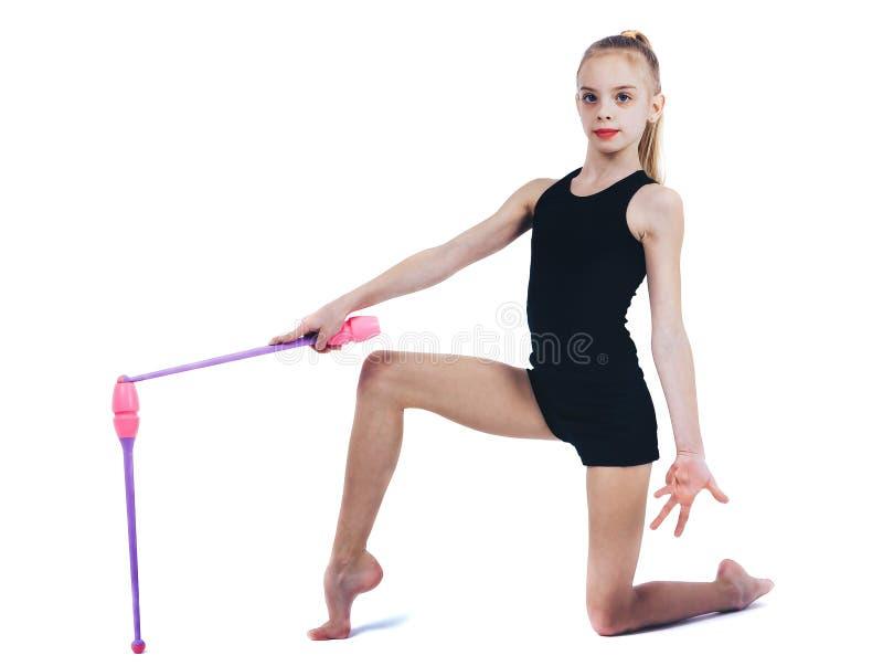 Nastolatek dziewczyny gimnastyczki chwyty w ręka klubach dla rytmicznej gimnastyki zdjęcie royalty free