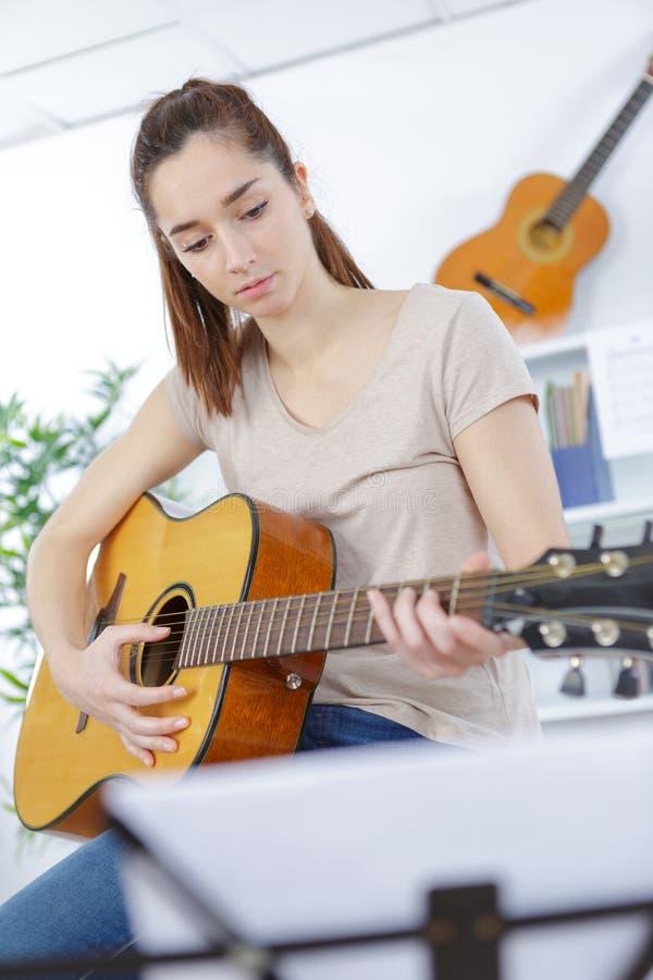 Nastolatek dziewczyny gitary sztuka zdjęcie stock