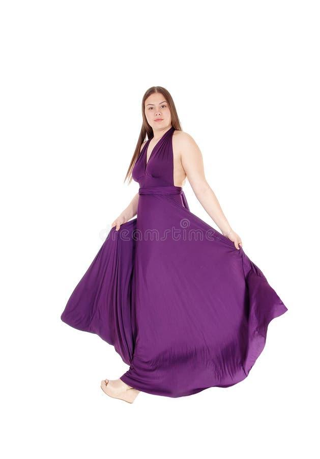 Nastolatek dziewczyny pozycja w ona długa Burgundy balu suknia obrazy stock