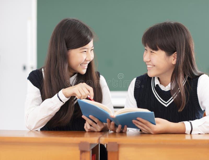 Nastolatek dziewczyny ucznia studiowanie w sala lekcyjnej zdjęcia stock