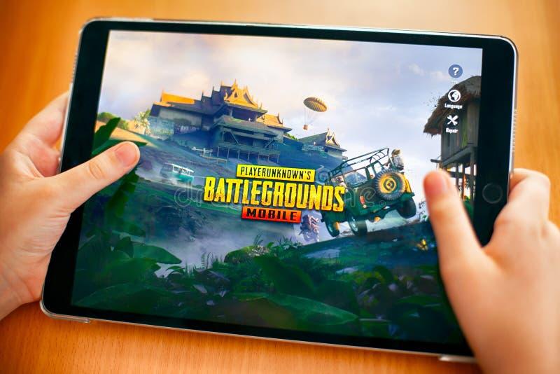 Nastolatek iść bawić się PlayerUnknown pole bitwy PUBG obraz royalty free