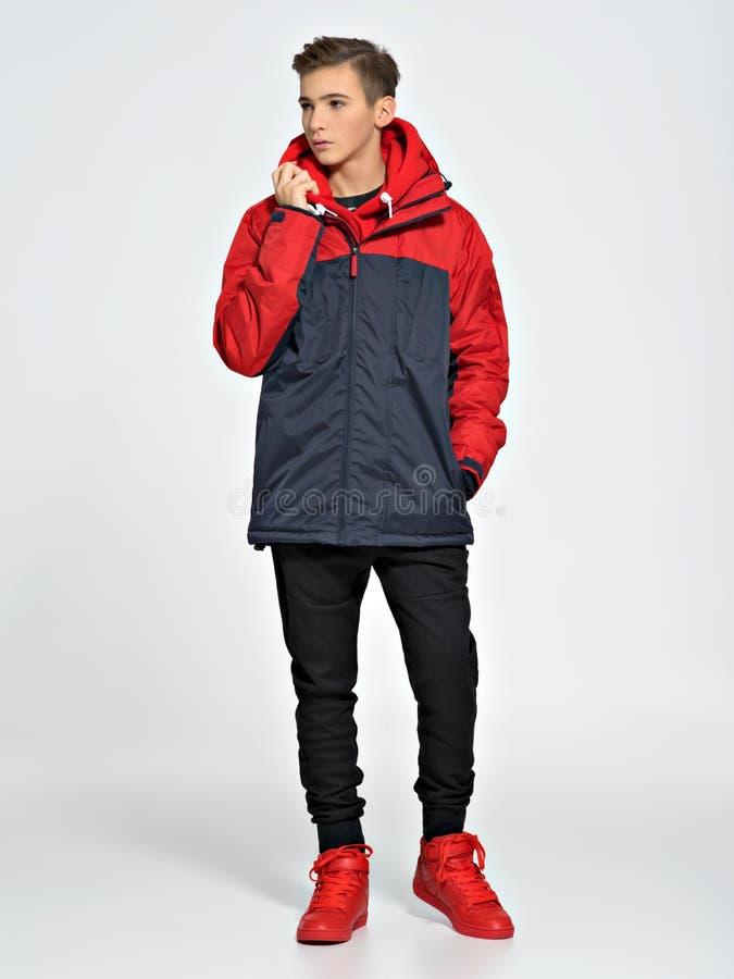 Nastolatek jest ubranym modnego spadek odziewa obrazy stock