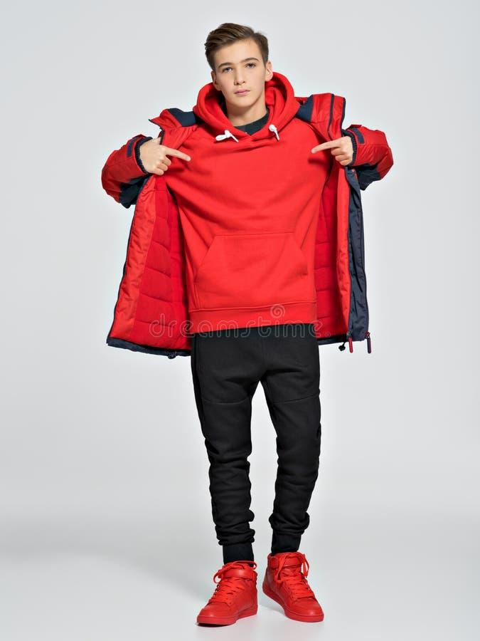 Nastolatek jest ubranym modnego spadek odziewa zdjęcia royalty free