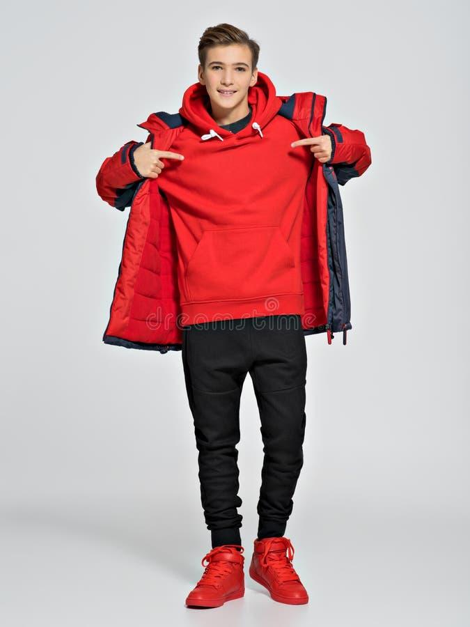 Nastolatek jest ubranym modnego spadek odziewa obrazy royalty free