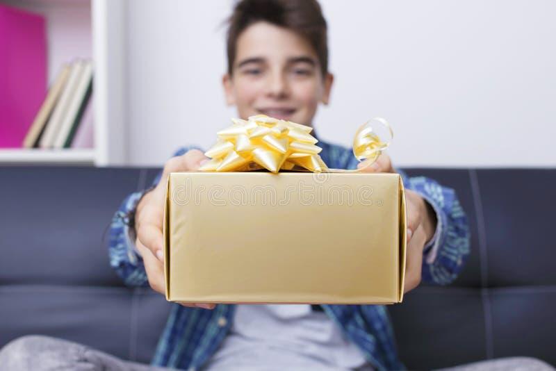 Nastolatek lub preteen z boże narodzenie prezenta pudełkiem zdjęcia royalty free