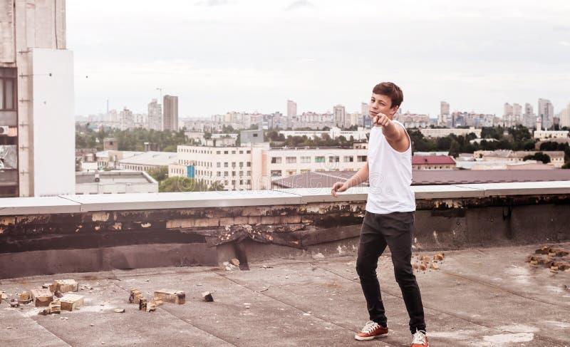 Nastolatek na dachu wysoki budynek zdjęcie royalty free