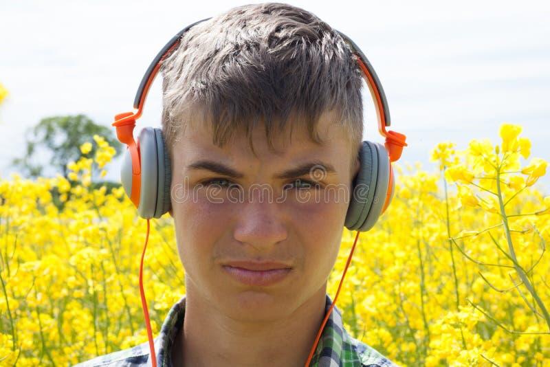 Download Nastolatek na gwałta polu obraz stock. Obraz złożonej z kwiat - 57671741