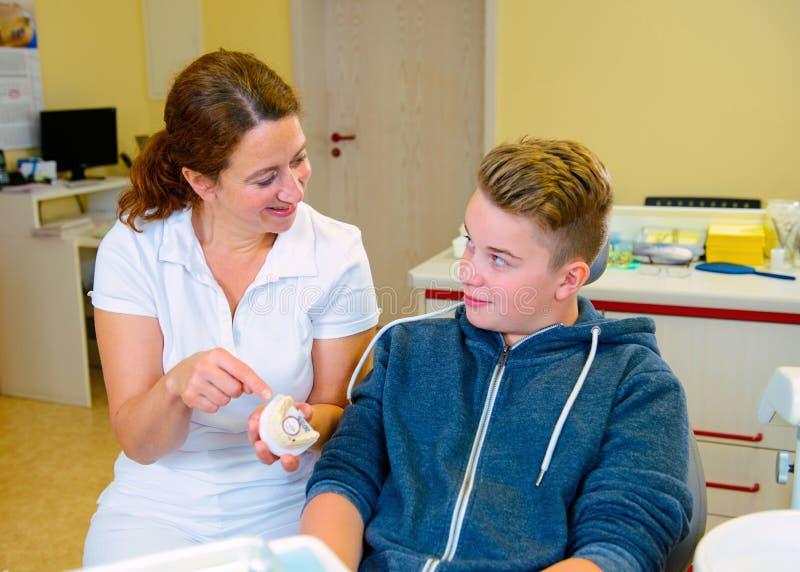 Nastolatek przy żeńską dentysty ` s operacją zdjęcia stock