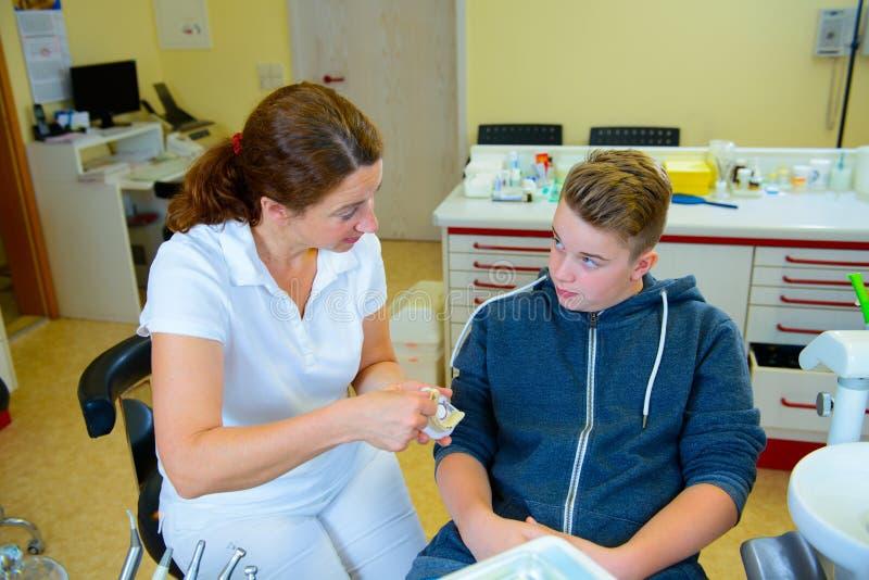 Nastolatek przy żeńską dentysty ` s operacją fotografia royalty free