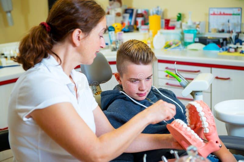 Nastolatek przy żeńską dentysty ` s operacją obrazy stock