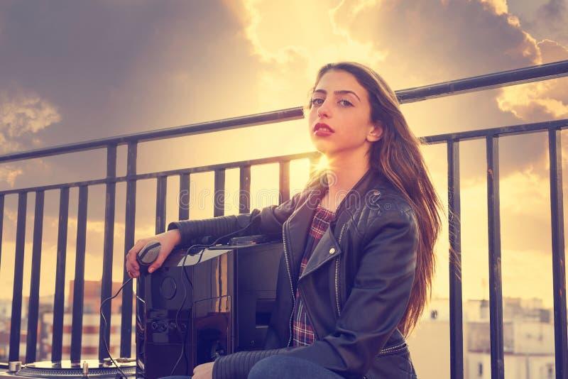 Nastolatek rockowa dziewczyna siedzi plenerowego przy dachu tarasem obraz royalty free