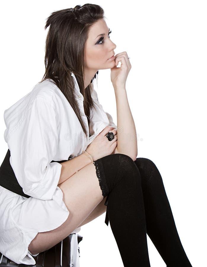 Nastolatek Siedzący na jej walizce zdjęcia stock
