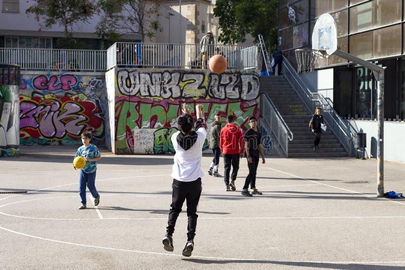 Nastolatek sztuki uliczna koszyk?wka lub streetball Sporty, zdrowy styl ?ycia i gry zespo?owe w ulicie Barcelona, obraz royalty free