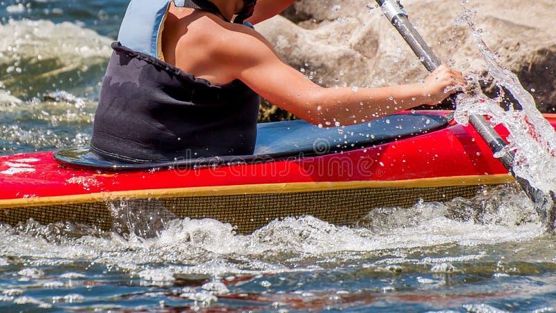 Nastolatek trenuje w sztuce kayaking Slalom na szorstkich rzecznych gwałtownych Dziecko zręcznie angażuje w flisactwie zdjęcia stock