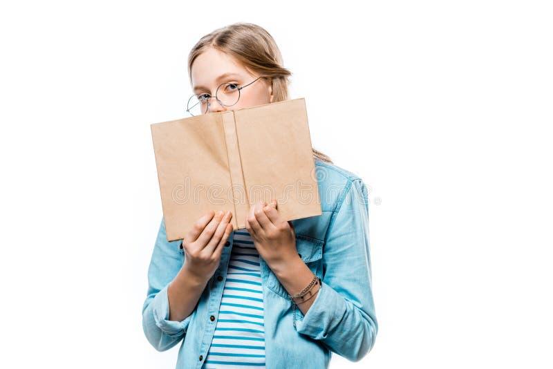 Nastolatek trzyma książkowy z pustą pokrywą i patrzeje kamerę w eyeglasses obrazy stock