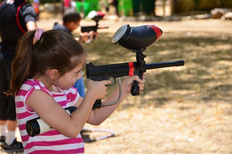 Nastolatek w cel praktyce z paintball pistoletem zdjęcia stock