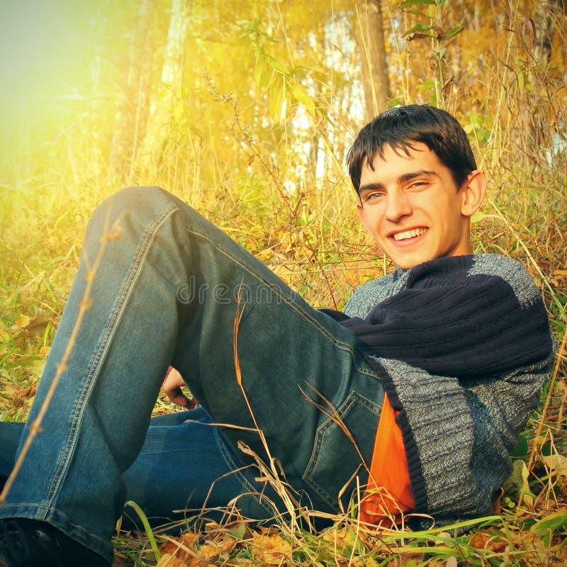 Nastolatek w jesień lesie zdjęcie royalty free