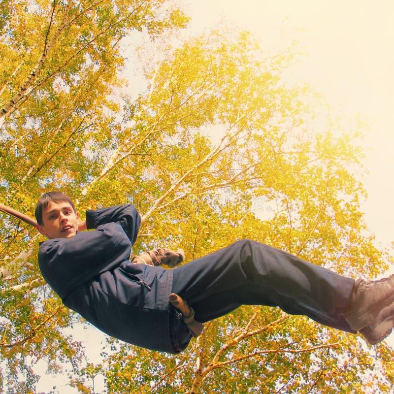 Nastolatek w jesień parku zdjęcie royalty free