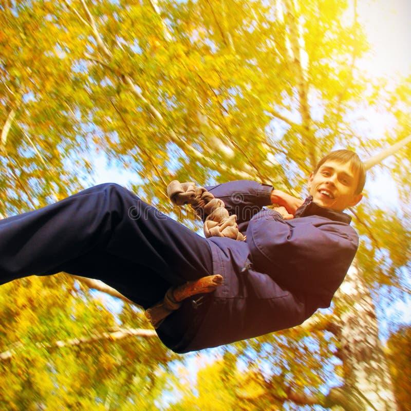 Nastolatek w jesień parku fotografia stock