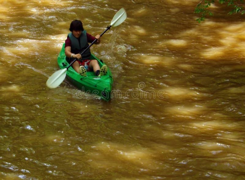 Nastolatek w kajaku przy Pigg rzeką Wędruje zdjęcia stock