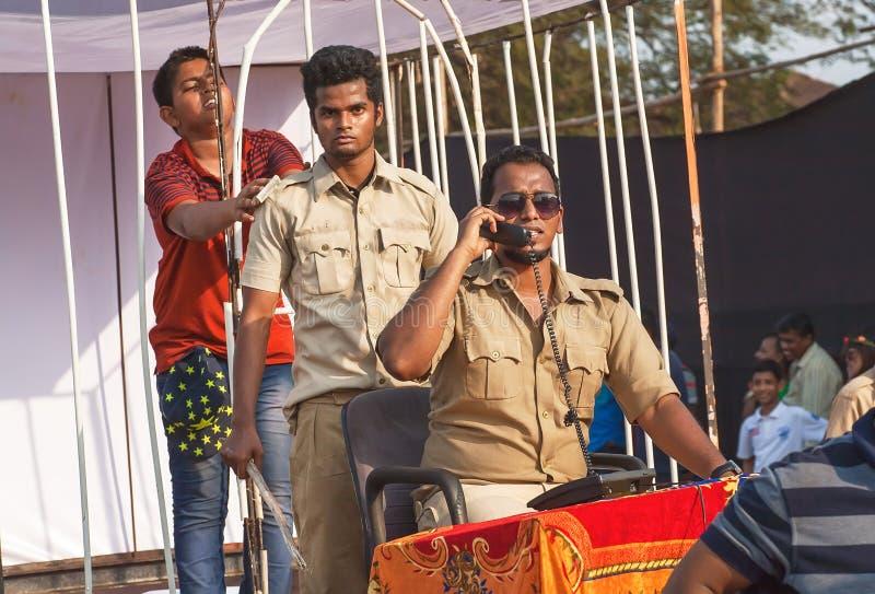Nastolatek więziący w komórce aktorami w jednolitym bawić się korupcja departamencie policji przy Goa karnawałem obraz royalty free