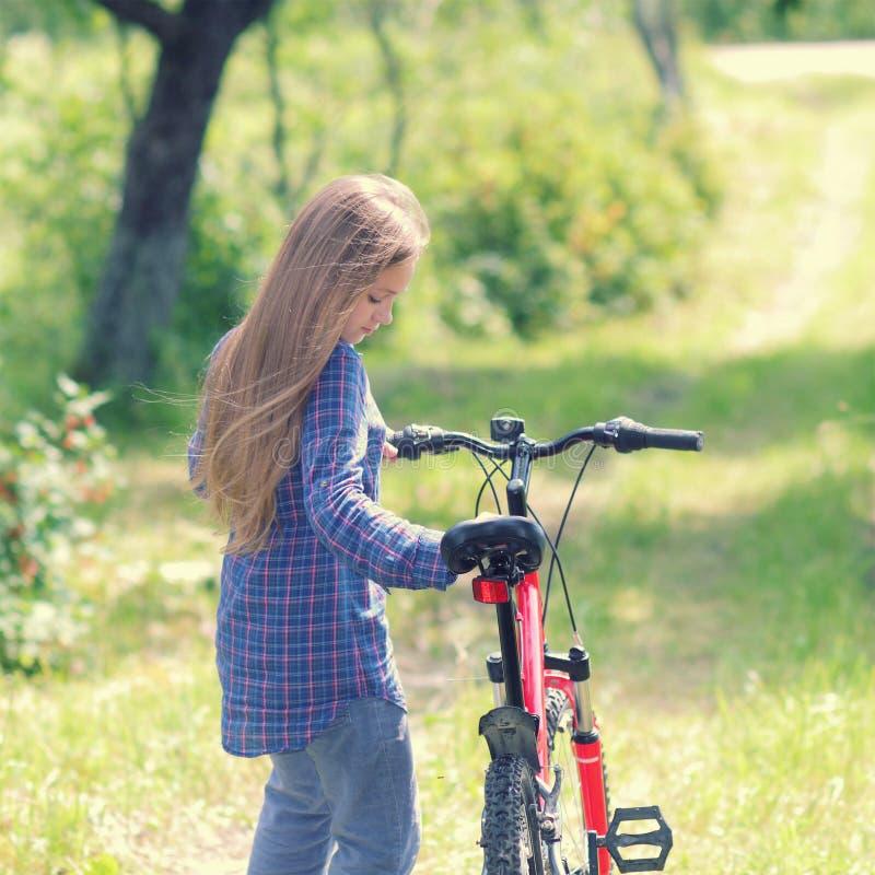 Nastolatek z bicyklem obraz royalty free