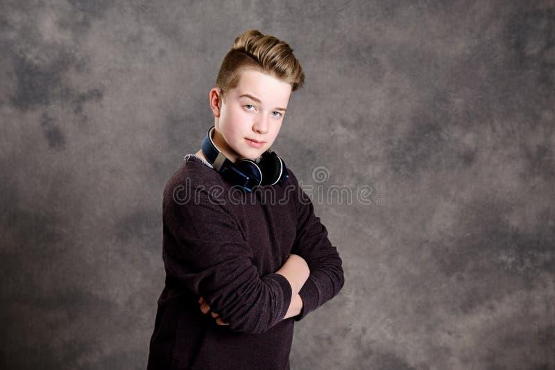 Nastolatek z hełmofonem przyglądającym cool obraz royalty free