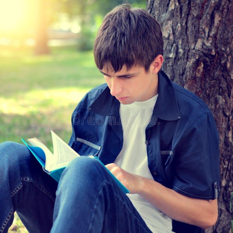 Nastolatek z książką fotografia royalty free