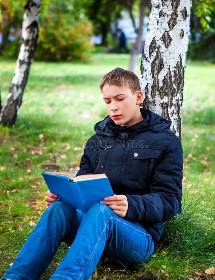 Nastolatek z książką fotografia stock