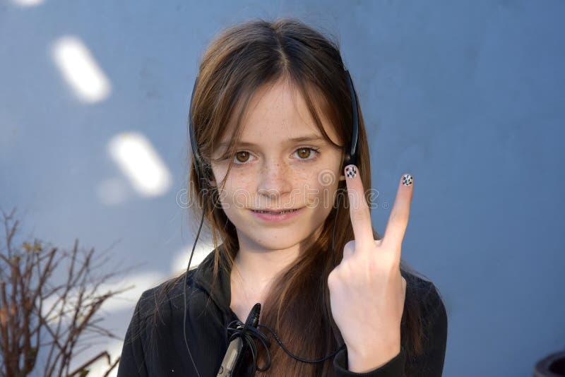 Nastolatek z malującymi paznokciami obrazy stock