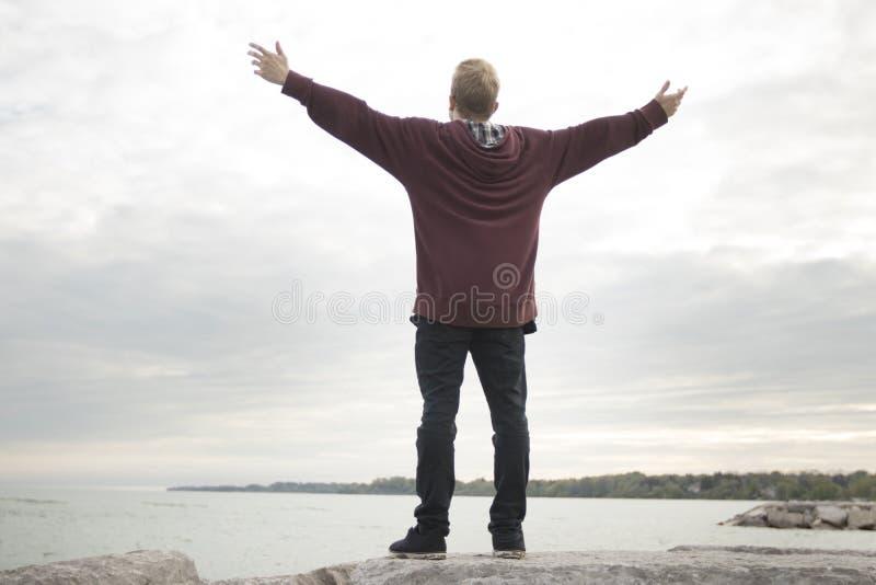 Nastolatek z rękami w powietrzu obraz royalty free