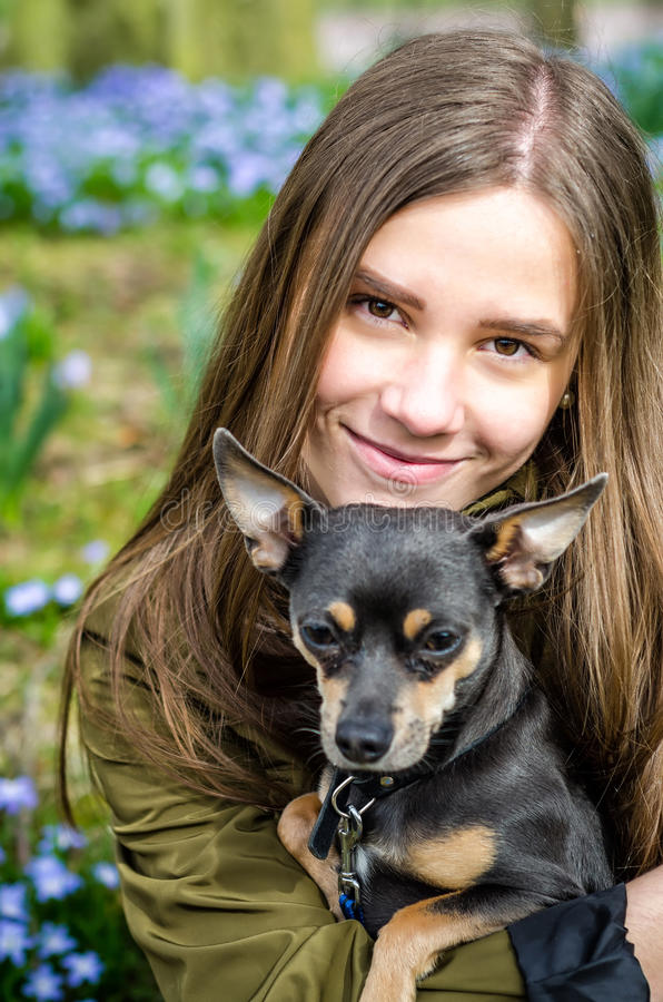 Nastolatek z szczeniaka psem fotografia royalty free