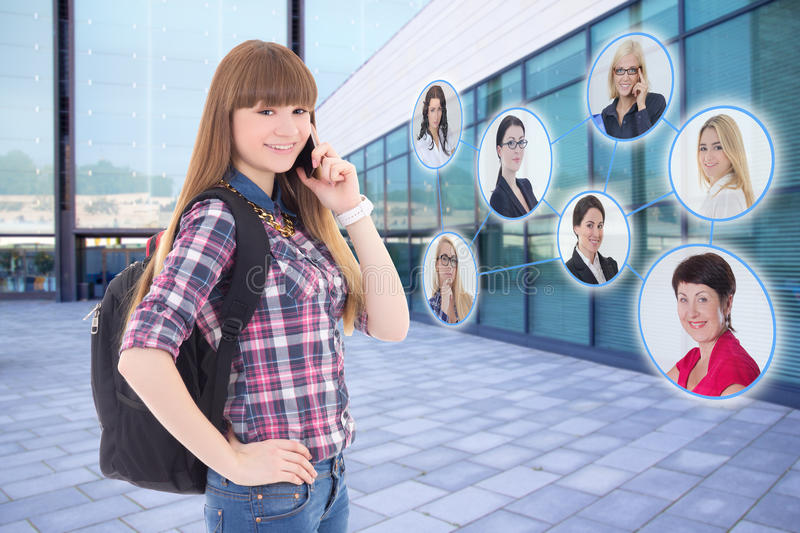 Nastolatek z telefonem komórkowym i jej ogólnospołeczną siecią zdjęcia royalty free