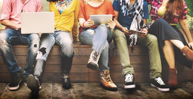 Nastolatków potomstwa Zespalają się Wpólnie Rozochoconego pojęcie obrazy royalty free