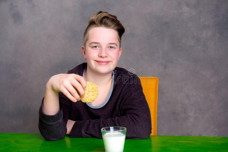 Nastolatka łasowania ciastko i napoju mleko obraz royalty free