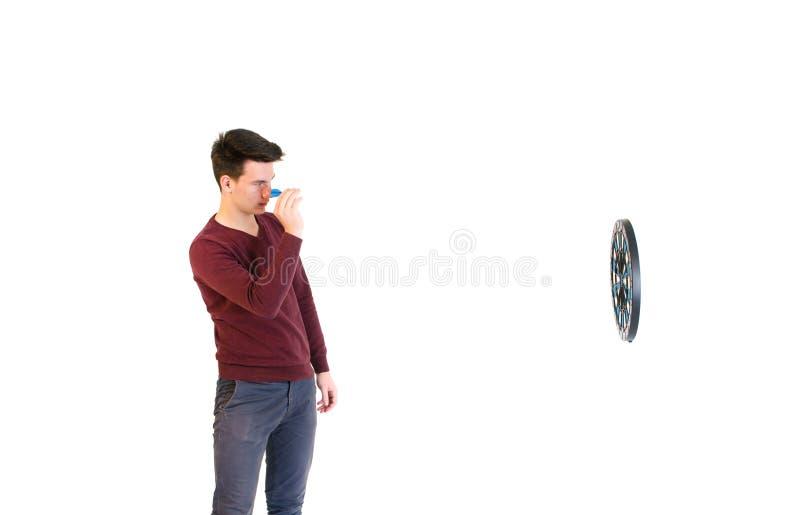 Nastolatka mężczyzna jest ubranym puloweru miotanie gdy sztuk strzałki odizolowywali fotografia royalty free