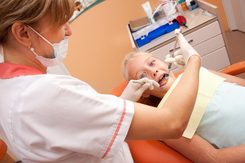Nastolatka odwiedza dentysta fotografia royalty free