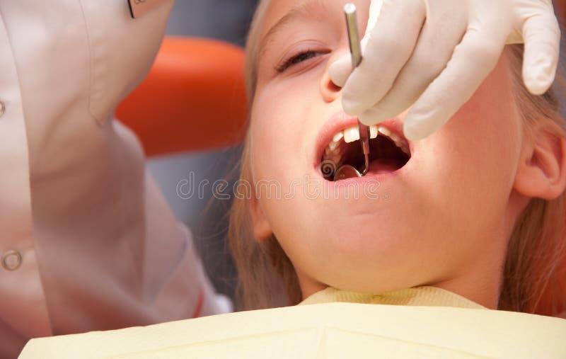 Nastolatka odwiedza dentysta zdjęcie royalty free