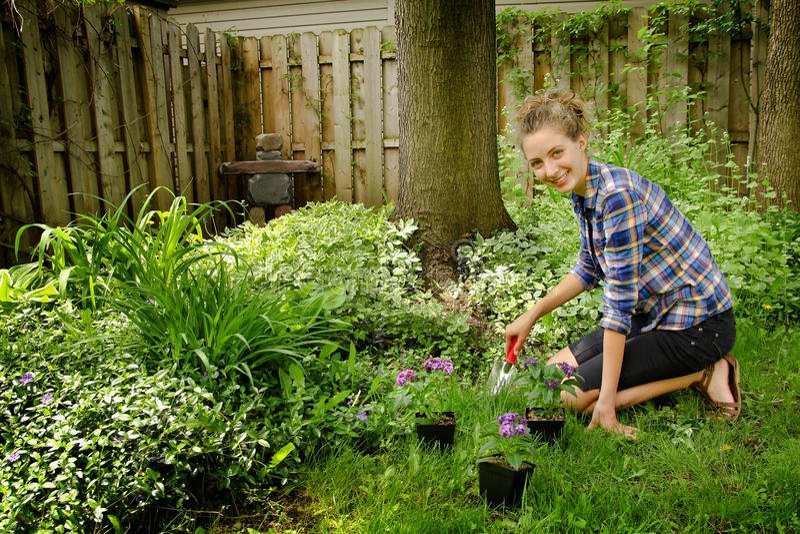Nastolatka ogrodnictwo zdjęcia royalty free