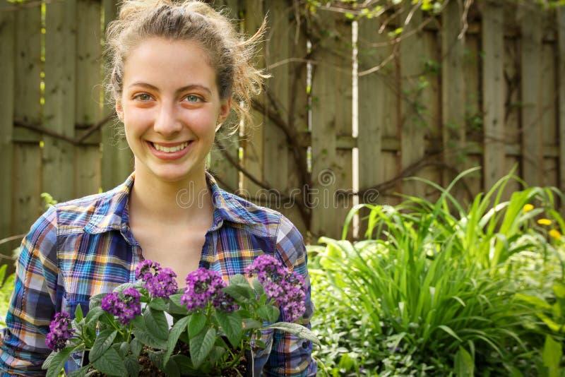 Nastolatka ogrodnictwo obrazy stock