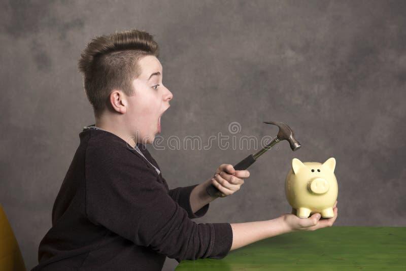 Nastolatka otwarty piggybank z młotem zdjęcie royalty free