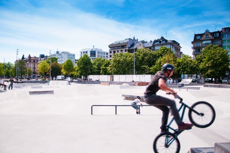 Nastolatka rowerzysta przy łyżwa parkiem przy Plainpalais, Genewa, Szwajcaria fotografia royalty free