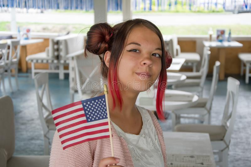 Nastolatki uśmiechają się i trzymają flagę amerykańską, święta narodowe, zbliżenie obrazy royalty free