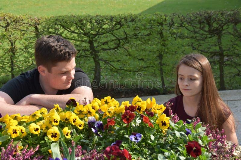 Nastolatkowie, dziewczyna i chłopiec, bełt obrazy stock