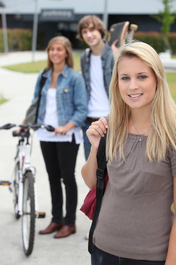 Nastolatkowie iść do domu obraz royalty free