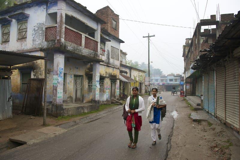 Nastolatkowie iść szkoła w Puthia, Bangladesz fotografia royalty free