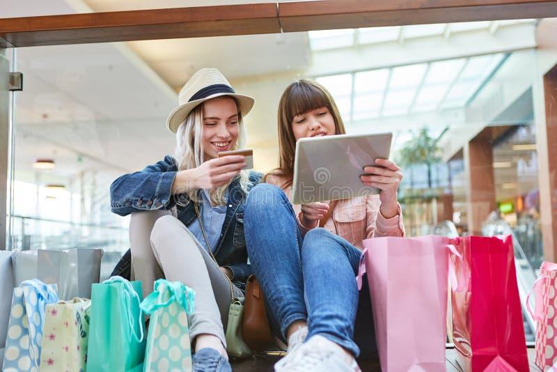 Nastolatkowie jako konsumenci robi zakupy online fotografia royalty free