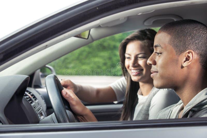 Nastolatkowie jedzie samochód zdjęcia royalty free
