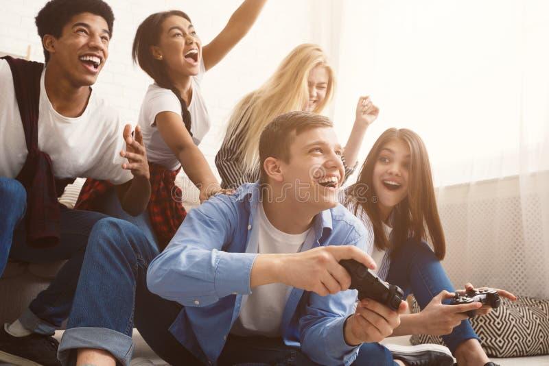 Nastolatkowie ma zabawę, bawić się gra wideo online obraz royalty free